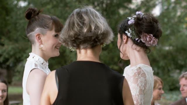 lesbian couple getting married - lesbe lesben stock-videos und b-roll-filmmaterial