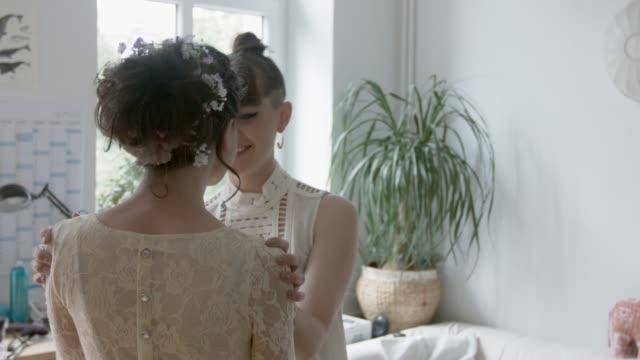 vídeos de stock, filmes e b-roll de lesbian couple getting ready for their wedding - coque cabelo para cima