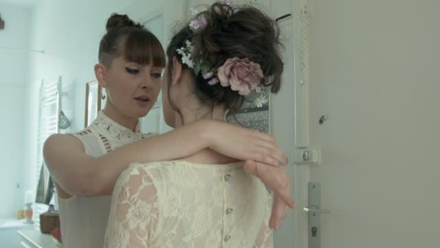 lesbian couple getting ready for their wedding - lesbe stock-videos und b-roll-filmmaterial