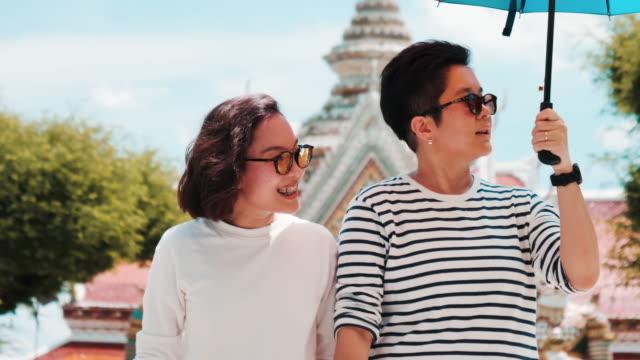 vídeos y material grabado en eventos de stock de pareja lesbiana viajar en tailandia - figura femenina