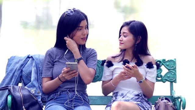 Couple de lesbiennes à l'aide de smartphone