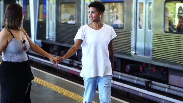 Couple de lesbiennes en attendant le Train