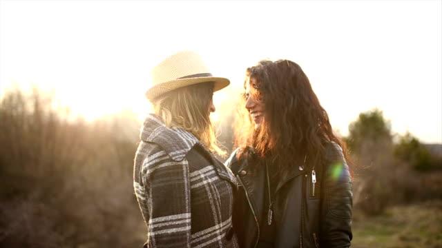 vídeos de stock, filmes e b-roll de lésbica amor - amor à primeira vista