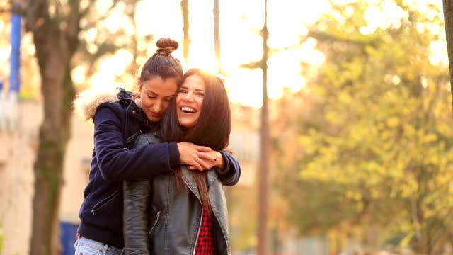 vídeos de stock, filmes e b-roll de lésbicas cuddling, tocando um ao outro - amor à primeira vista