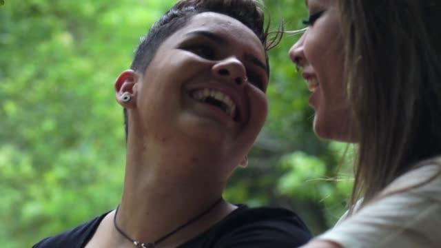 vídeos de stock, filmes e b-roll de lésbicas apaixonadas no parque - parque natural