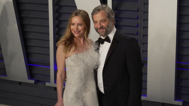 vídeos de stock, filmes e b-roll de leslie mann and judd apatow at 2019 vanity fair oscar party hosted by radhika jones at wallis annenberg center for the performing arts on february... - leslie mann