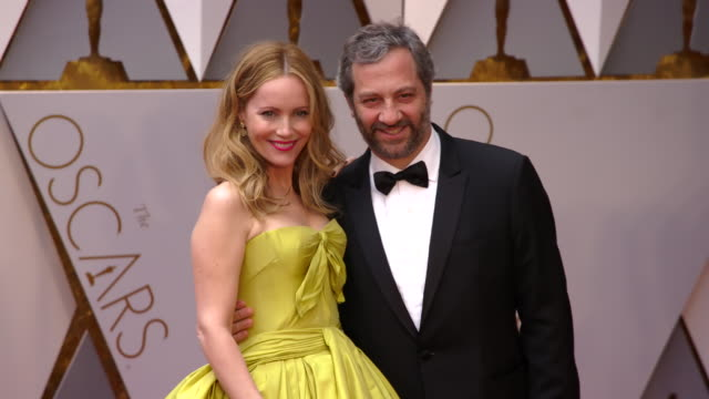 vídeos de stock, filmes e b-roll de leslie mann and judd apatow at 89th annual academy awards - arrivals at hollywood & highland center on february 26, 2017 in hollywood, california. 4k... - leslie mann