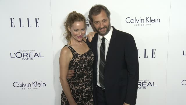 vídeos de stock, filmes e b-roll de leslie mann and judd apatow at the 2015 elle women in hollywood awards at four seasons hotel los angeles at beverly hills on october 19, 2015 in los... - leslie mann