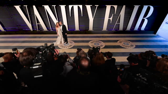 vídeos de stock, filmes e b-roll de leslie mann and judd apatow at the 2019 vanity fair oscar party hosted by radhika jones at wallis annenberg center for the performing arts on... - leslie mann