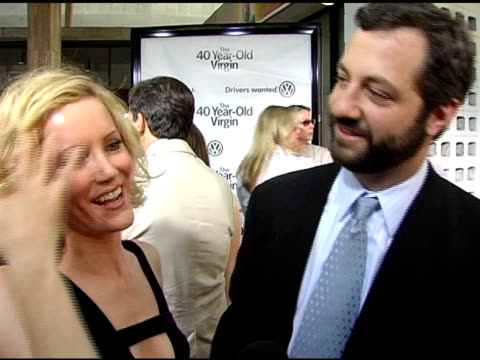vídeos de stock, filmes e b-roll de leslie mann and judd apatow on everyone relating to the stress of having sex for the first time, on leslie's crazy character, on his favorite thing... - leslie mann