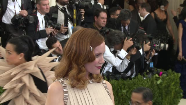 "vídeos de stock, filmes e b-roll de leslie mann at ""rei kawakubo/comme des garcons: art of the in-between"" costume institute gala - arrivals at the metropolitan museum of art on may 1,... - leslie mann"