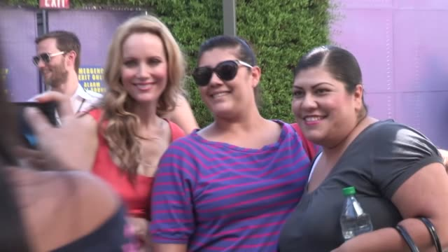 vídeos de stock, filmes e b-roll de leslie mann & family connect with fans at paranorman premiere in at celebrity sightings in los angeles leslie mann & family connect with fans at... - leslie mann