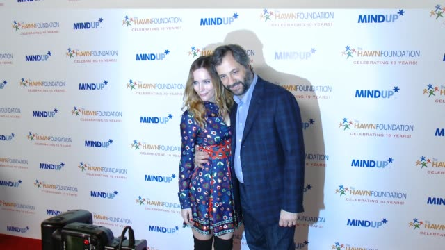 vídeos de stock, filmes e b-roll de leslie mann, judd apatow at goldie hawn's inaugural 'love in for kids' benefitting the hawn foundation's mindup program transforming children's lives... - leslie mann