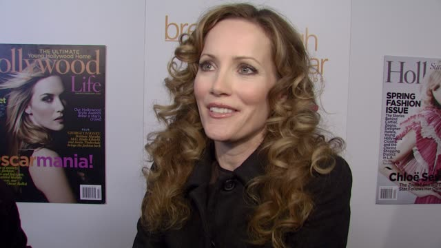 vídeos de stock, filmes e b-roll de leslie mann on attending the event, on how it feels to be receiving an award, on having her husband and friends at the event with her, and on who... - leslie mann