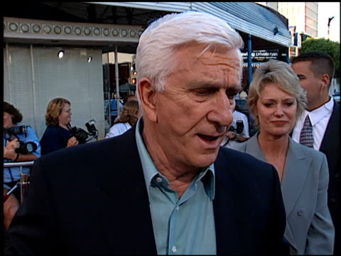 leslie nielsen at the 'wrongfully accused' premiere at the mann village theatre in westwood, california on august 19, 1998. - 洛杉磯西木區 個影片檔及 b 捲影像