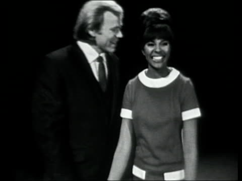 leslie uggams and barry mcguire introduce peter and gordon. - テレビ番組点の映像素材/bロール