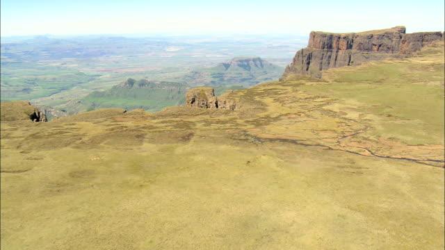 vidéos et rushes de lesotho frontière dans royal natal national park - vue aérienne - kwazulu-natal, afrique du sud - vertige