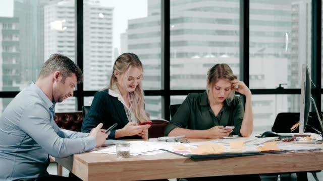 社会問題とのコミュニケーションが少なく、ビジネスパーソンは常にオフィスで電話を使う