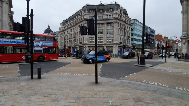 a less than busy oxford circus during the coronavirus pandemic on march 18 2020 in london england - brian dayle coronavirus stock videos & royalty-free footage