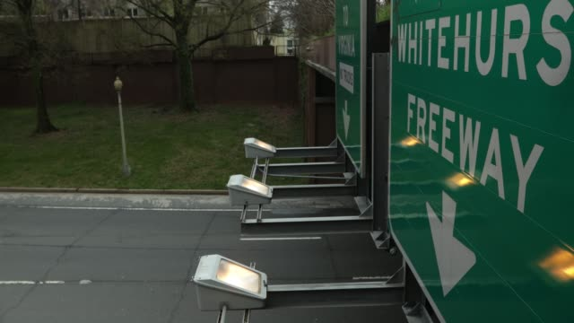 vidéos et rushes de less traffic is seen on e street expressway april 1, 2020 at foggy bottom in washington, dc. the district of columbia has joined other states and... - maryland état