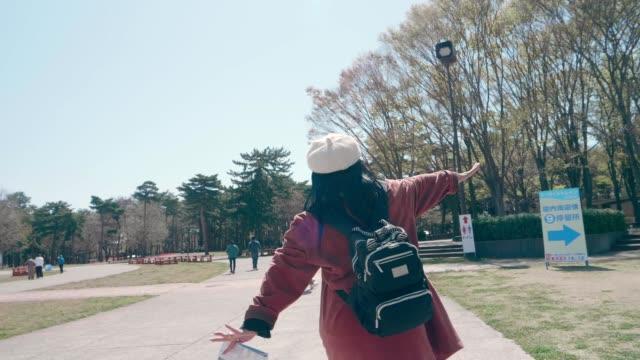 lassen sie reisen in japan genießen - aktiver senior stock-videos und b-roll-filmmaterial