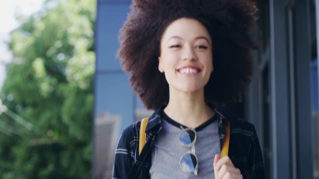 vídeos de stock, filmes e b-roll de deixe a vida saber que estou a caminho - mulheres jovens