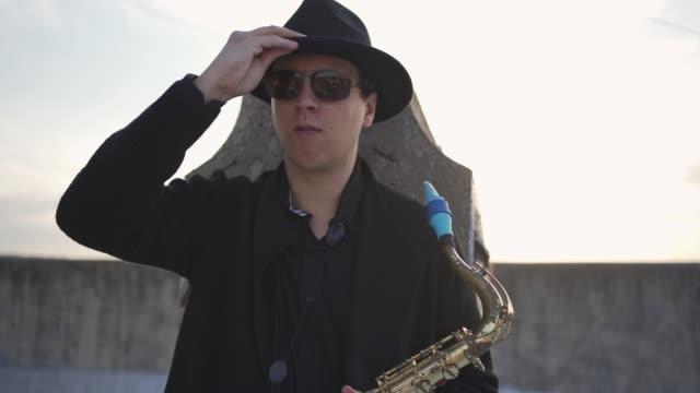vidéos et rushes de permettez-moi de vous présenter avec un son magique de saxophone - passion