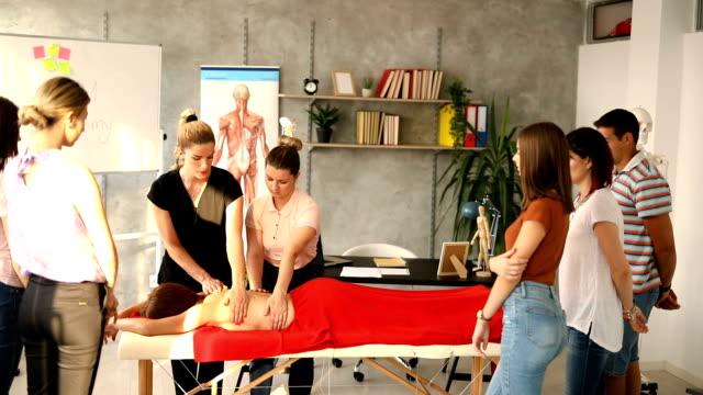 vidéos et rushes de permettez-moi de vous montrer comment améliorer vos compétences de massage - banc de massage