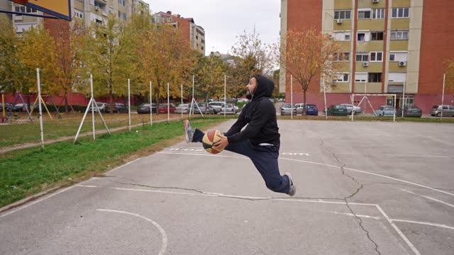 vídeos de stock e filmes b-roll de let me show you new basketball trick - sérvia