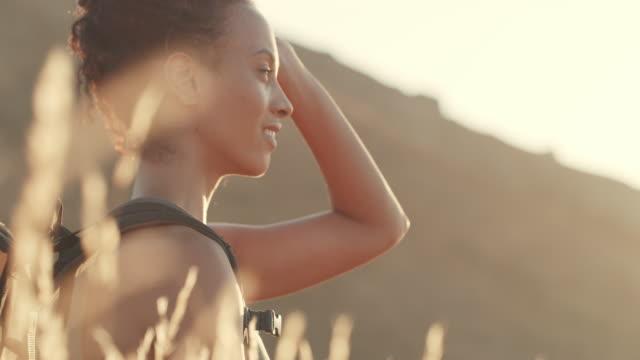 新鮮な空気があなたに新しい命を吹き込みましょう - hobbies点の映像素材/bロール