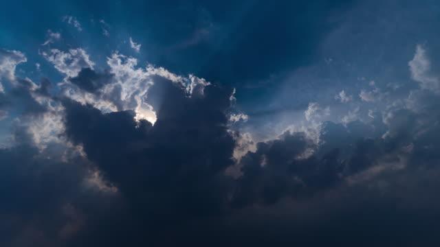 4 k t /l まぶしい太陽の下、雲の後ろに太陽の光 - light beam点の映像素材/bロール