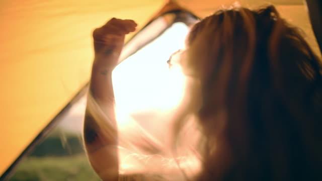 stockvideo's en b-roll-footage met laat je haar los en geniet van de ervaring - tent