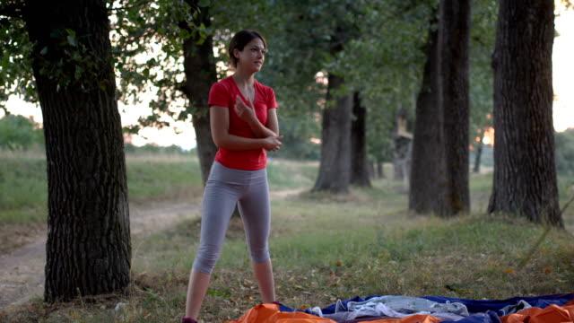 ここでテントを張ろう - 寝袋点の映像素材/bロール
