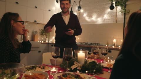 vídeos y material grabado en eventos de stock de vamos a capturar los momentos hermosos! - mesa de comedor