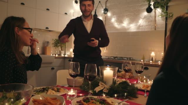 vídeos de stock e filmes b-roll de let`s capture the beautiful moments! - mesa de jantar