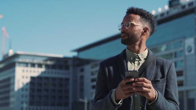 vídeos de stock e filmes b-roll de let's check in - viagem de negócios
