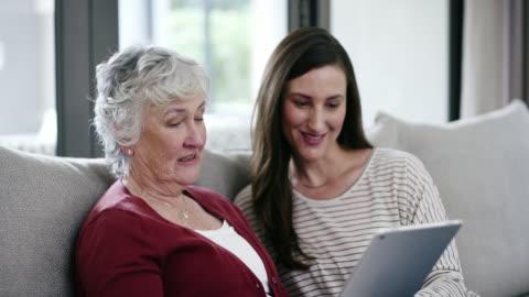 låt oss skapa en social media-konto mamma - besök bildbanksvideor och videomaterial från bakom kulisserna