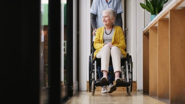 vídeos y material grabado en eventos de stock de vamos a ver qué está pasando en la casa - personas con discapacidad