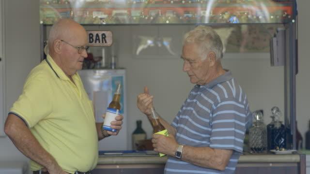 vídeos de stock, filmes e b-roll de vamos tomar uma cerveja - amizade masculina