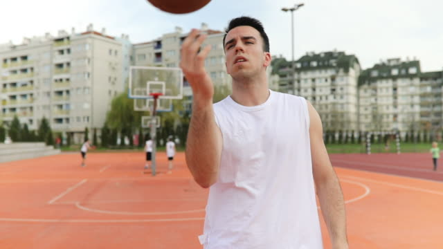 vídeos de stock e filmes b-roll de let's play some basketball - alegria