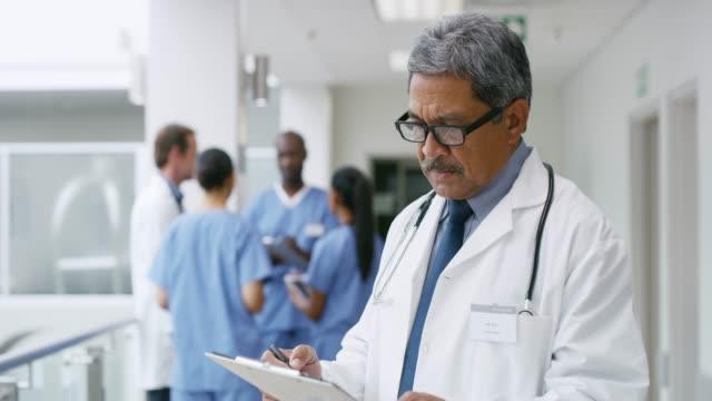 vídeos de stock, filmes e b-roll de vamos ver qual paciente é o próximo em minhas rodadas - quadro médico