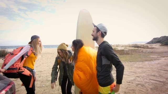 vídeos de stock, filmes e b-roll de vamos surfar! 4k - equipamento esportivo