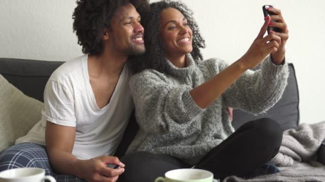 vídeos de stock, filmes e b-roll de vamos dar umas selfies - aconchegante