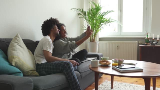 vidéos et rushes de prenons un couple selfies - couple d'âge moyen