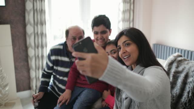lassen sie uns ein familien-selfie machen - home sweet home englische redewendung stock-videos und b-roll-filmmaterial
