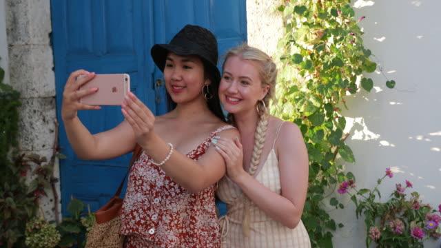 vídeos de stock, filmes e b-roll de vamos tirar uma selfie! - grécia
