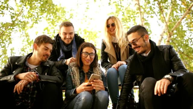 vidéos et rushes de prenons quelques selfies! - cadrage aux genoux