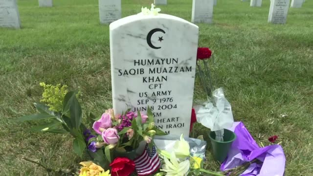 vídeos de stock e filmes b-roll de letters of support and flowers lay at the grave in arlington cemetery of american muslim soldier humayun khan killed in the line of duty in iraq in... - cemitério nacional de arlington