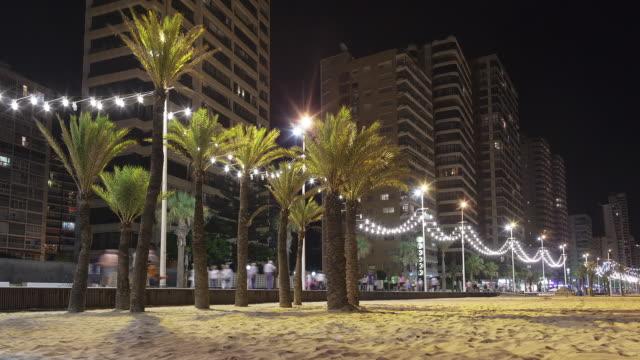vídeos de stock e filmes b-roll de levante beach of benidorm at night - promenade - time lapse - sinal comercial