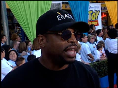 levar burton at the 'toy story 2' premiere at the el capitan theatre in hollywood, california on november 13, 1999. - var bildbanksvideor och videomaterial från bakom kulisserna